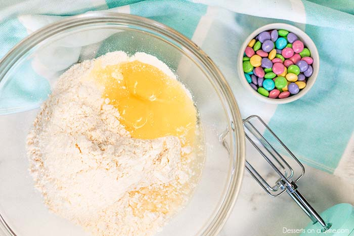 You only need a few ingredients to make Easter cake mix cookies that are delicious and festive. This is the perfect dessert for Spring to enjoy in minutes.
