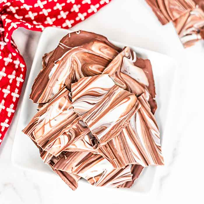 Chocolate treats are so delicious and this 2 ingredient chocolate bark does not disappoint. Anyone can make this easy chocolate bark recipe!